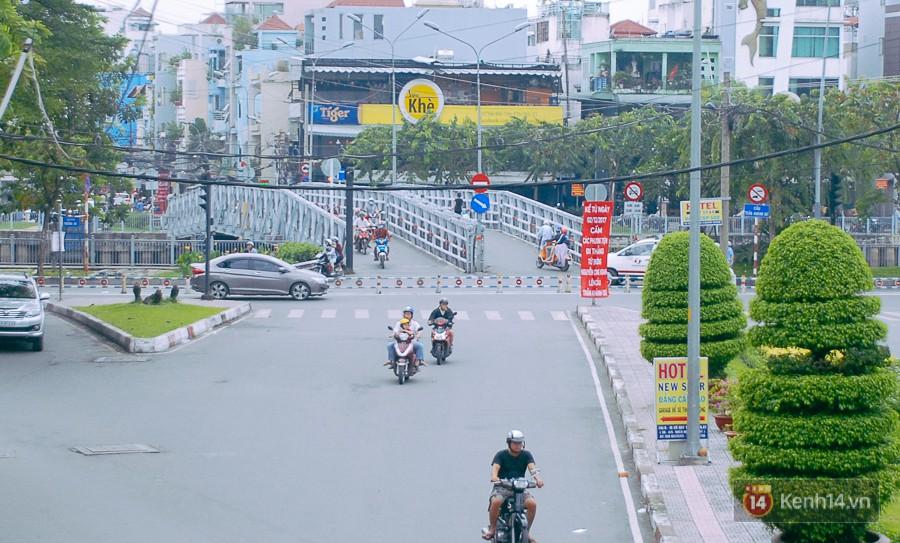 Vụ nghịch lý 2 cây cầu song song ở Sài Gòn: Đã lắp dải phân cách dưới chân cầu Trần Khánh Dư để chống kẹt xe - Ảnh 3.