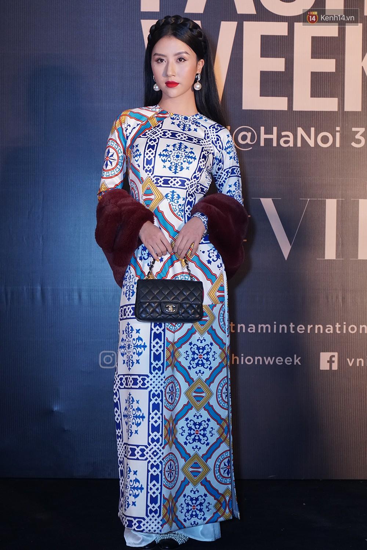 Thảm đỏ VIFW ngày 2: Giữa một dàn hot girl áo dài Quỳnh Anh Shyn, Salim... bỗng xuất hiện Linh Ka mặc váy trắng công chúa - Ảnh 1.