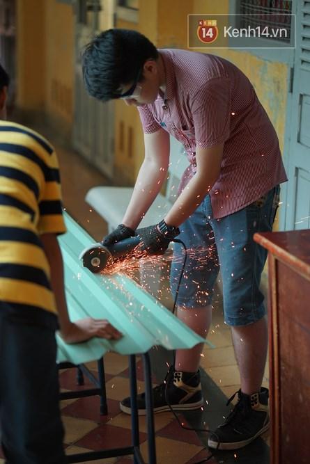 Thầy giáo ở Sài Gòn cùng học sinh biến chai nhựa thành đèn chiếu sáng cho những con hẻm nghèo - Ảnh 6.