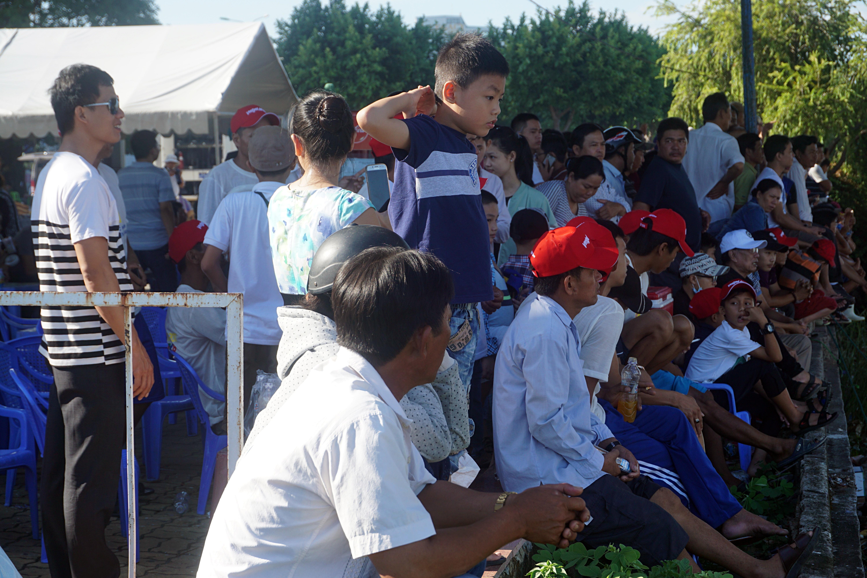 Hàng nghìn người Đà Nẵng đội nắng đổ ra sông Hàn xem đua thuyền ngày 2/9 - Ảnh 6.