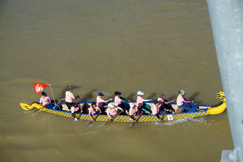 Hàng nghìn người Đà Nẵng đội nắng đổ ra sông Hàn xem đua thuyền ngày 2/9 - Ảnh 10.