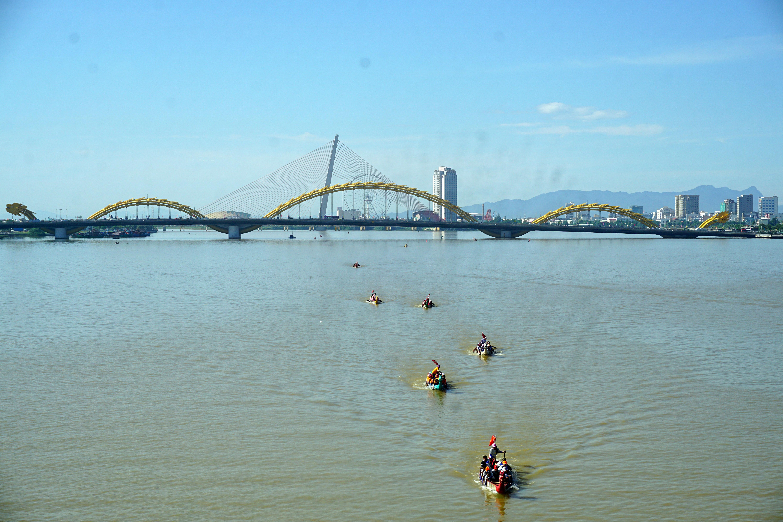 Hàng nghìn người Đà Nẵng đội nắng đổ ra sông Hàn xem đua thuyền ngày 2/9 - Ảnh 11.