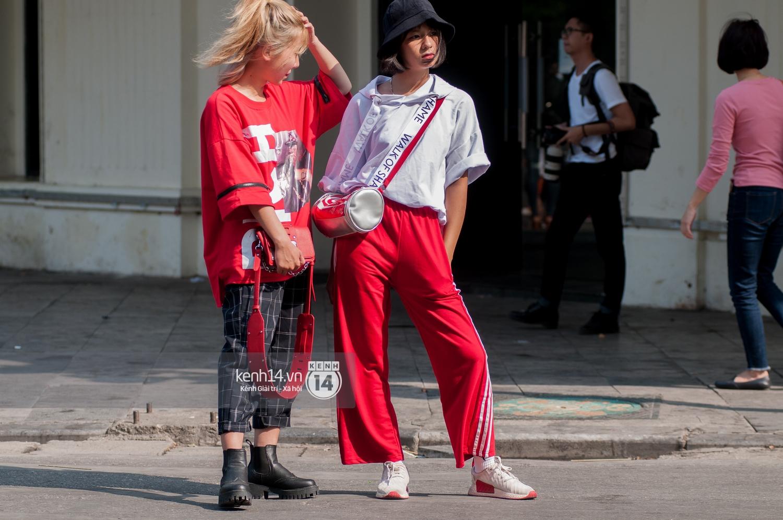 Street style ngày đầu VIFW: Giới trẻ Hà Nội ăn vận lồng lộn hơn hẳn năm trước, các nhóc tì mặc chất gây bão phố đi bộ - Ảnh 11.