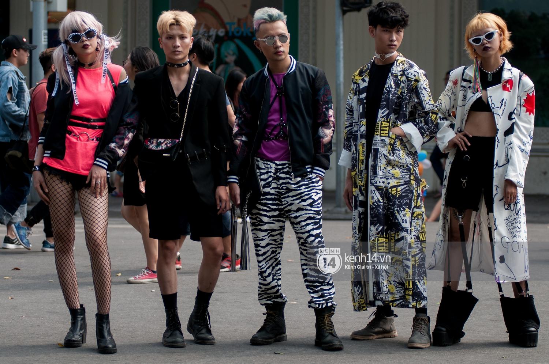 Street style ngày đầu VIFW: Giới trẻ Hà Nội ăn vận lồng lộn hơn hẳn năm trước, các nhóc tì mặc chất gây bão phố đi bộ - Ảnh 3.