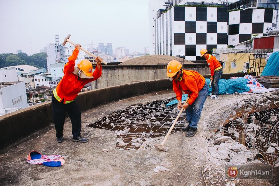 Công nhân tốn nhiều sức lực mới đập vỡ mảng bê tông.