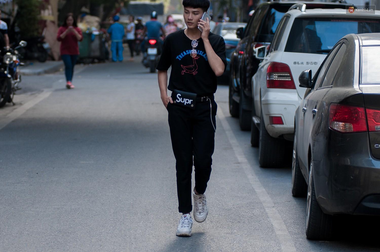 Street style 2 miền: các bạn trẻ lăng xê nhiệt tình cho túi cắp nách và họa tiết kẻ caro - Ảnh 17.
