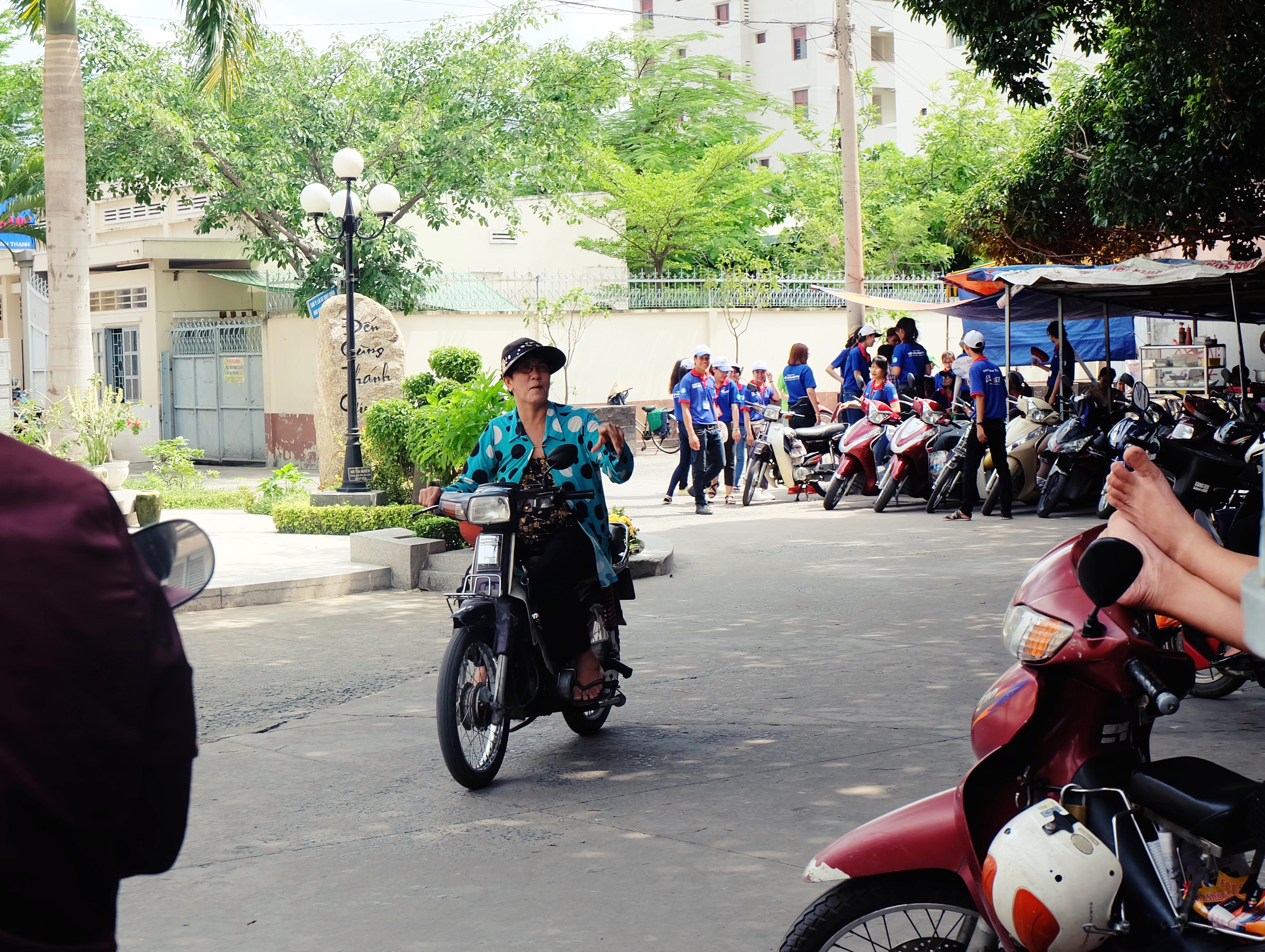 Gặp cô bán xôi ở Sài Gòn vượt hơn 10 cây số đèo nam sinh về lấy giấy tờ để kịp giờ thi THPT quốc gia - Ảnh 5.