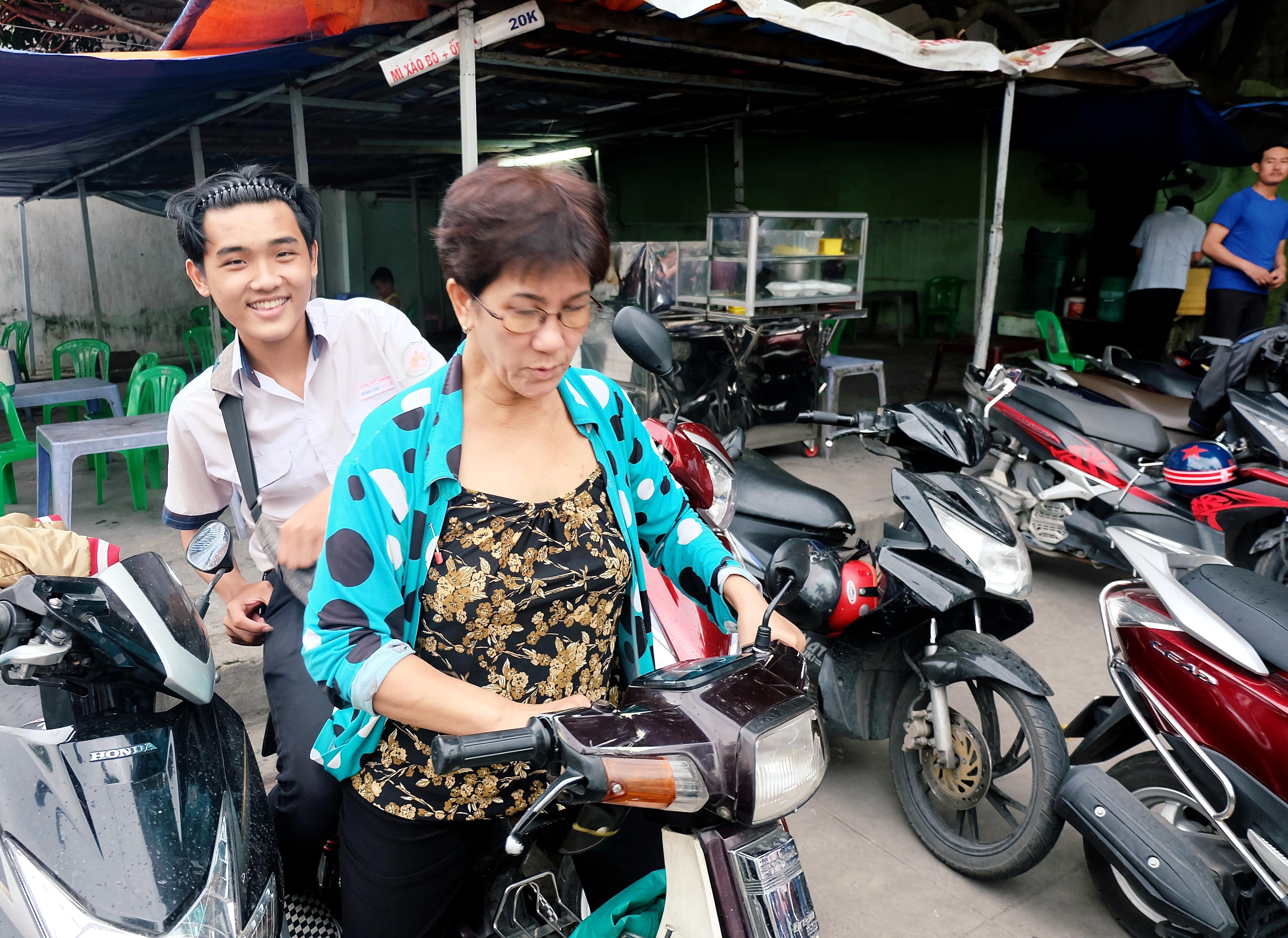 Gặp cô bán xôi ở Sài Gòn vượt hơn 10 cây số đèo nam sinh về lấy giấy tờ để kịp giờ thi THPT quốc gia - Ảnh 3.