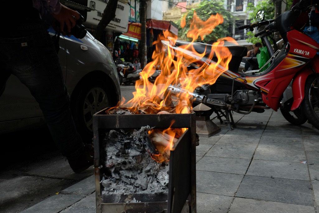 Người Hà Nội tất bật đốt vàng mã ngày cúng cô hồn Rằm tháng bảy - Ảnh 8.