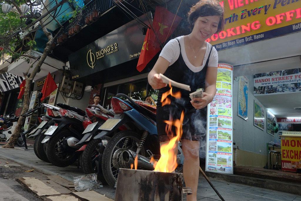 Người Hà Nội tất bật đốt vàng mã ngày cúng cô hồn Rằm tháng bảy - Ảnh 7.