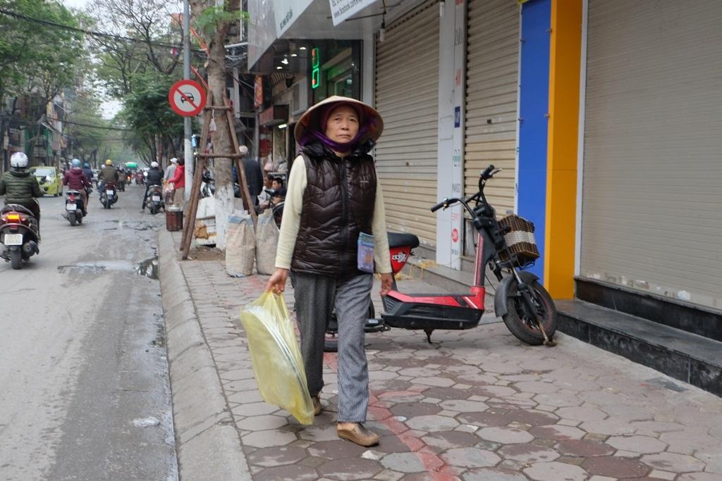 Hà Nội: Vạch kẻ phân cách vỉa hè dành cho người đi bộ chỉ rộng 30cm đã bị xóa bỏ - Ảnh 1.
