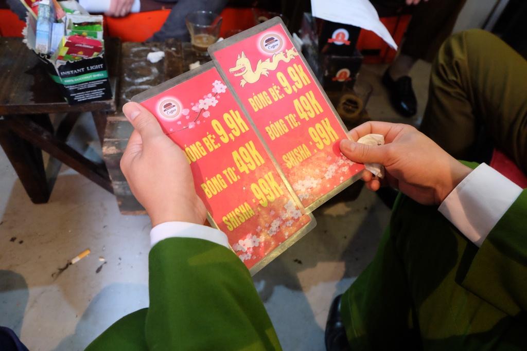 Hà Nội: Xử phạt nhiều hộ kinh doanh bán bóng cười cho giới trẻ ở phố cổ - Ảnh 6.