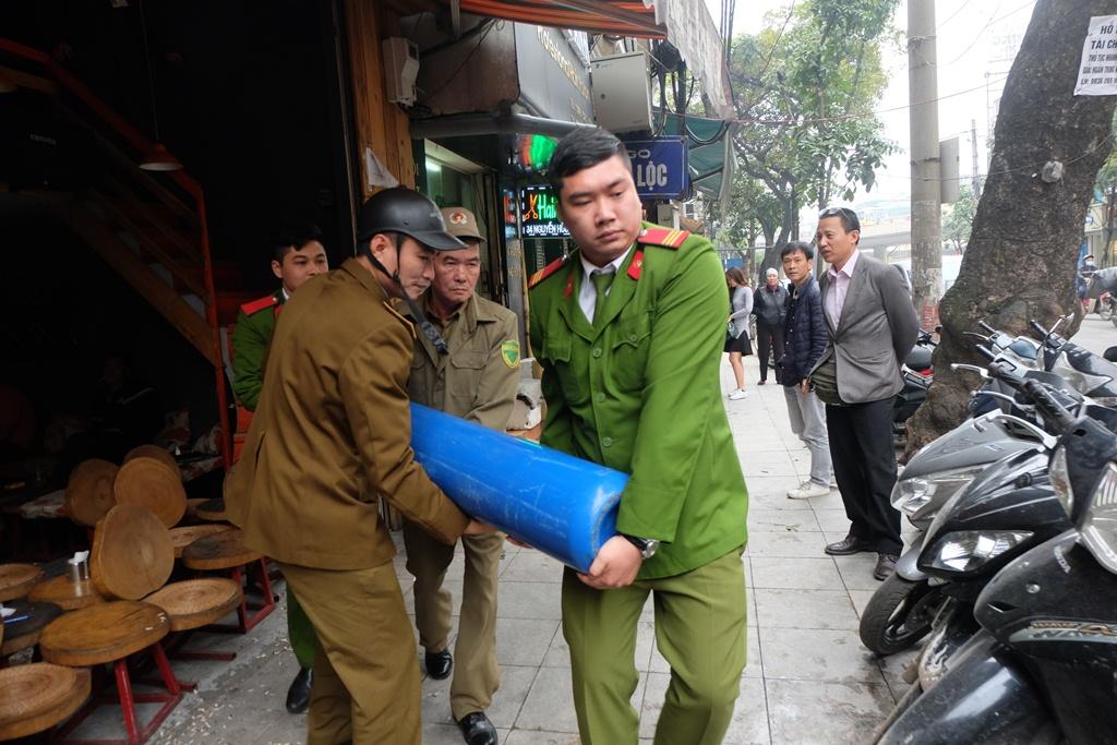 Hà Nội: Xử phạt nhiều hộ kinh doanh bán bóng cười cho giới trẻ ở phố cổ - Ảnh 11.