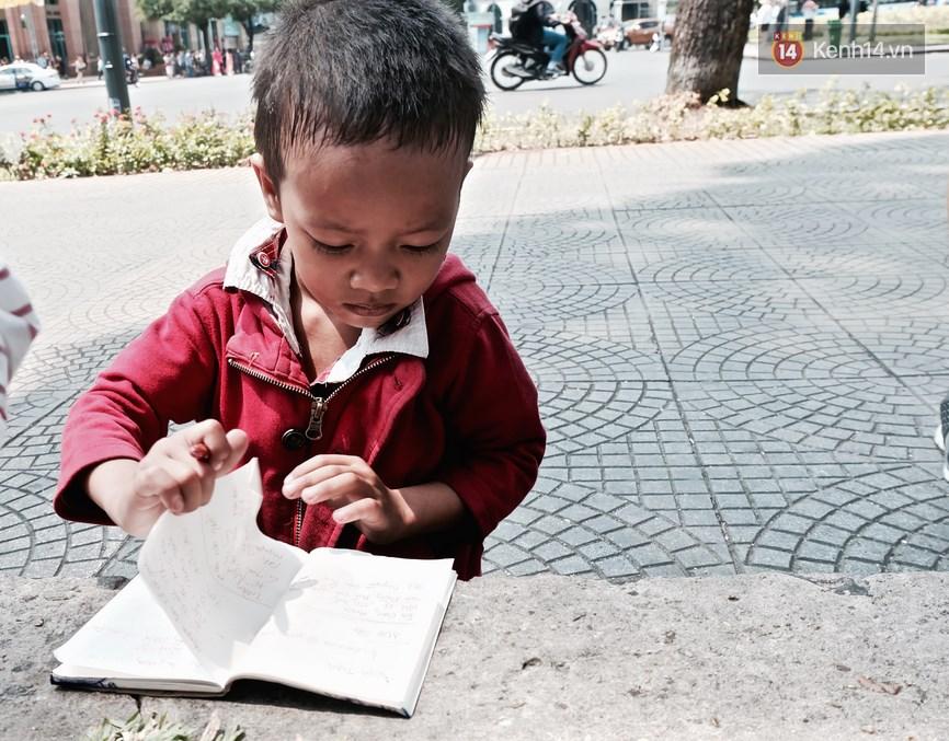 Gặp mẹ con cậu bé lượm ve chai trong bức ảnh xếp dép: Tôi không có tiền cho thằng bé đi học, nó cứ khóc - Ảnh 4.