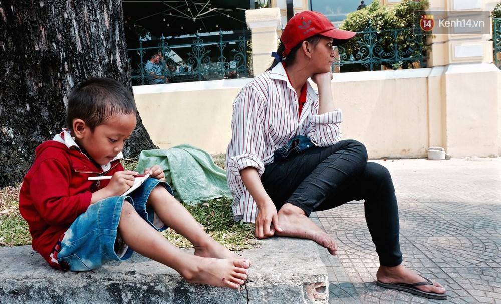 Gặp mẹ con cậu bé lượm ve chai trong bức ảnh xếp dép: Tôi không có tiền cho thằng bé đi học, nó cứ khóc - Ảnh 3.