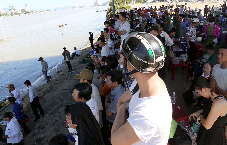 Hàng nghìn người Đà Nẵng đội nắng đổ ra sông Hàn xem đua thuyền ngày 2/9 - Ảnh 5.
