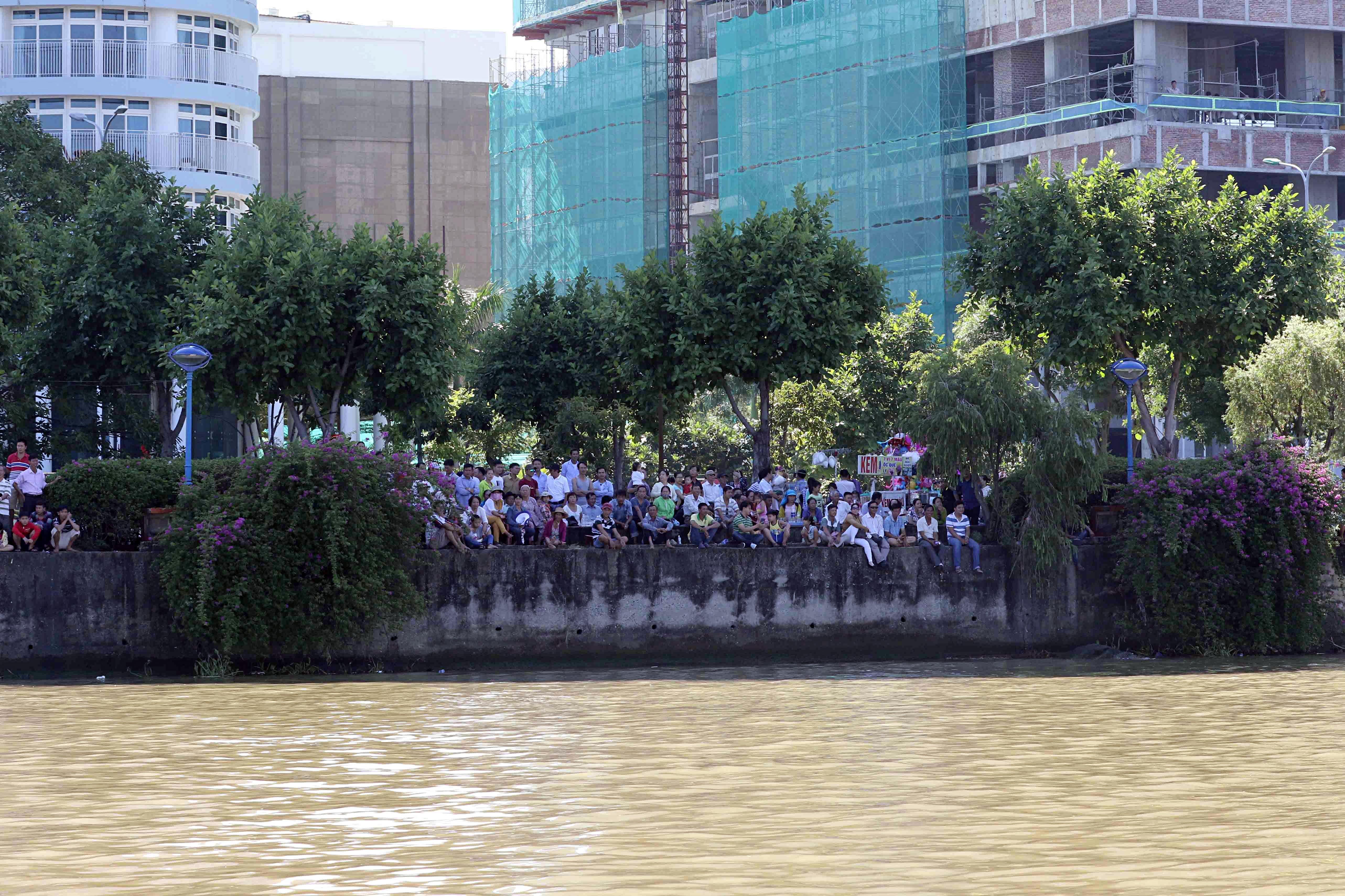 Hàng nghìn người Đà Nẵng đội nắng đổ ra sông Hàn xem đua thuyền ngày 2/9 - Ảnh 8.