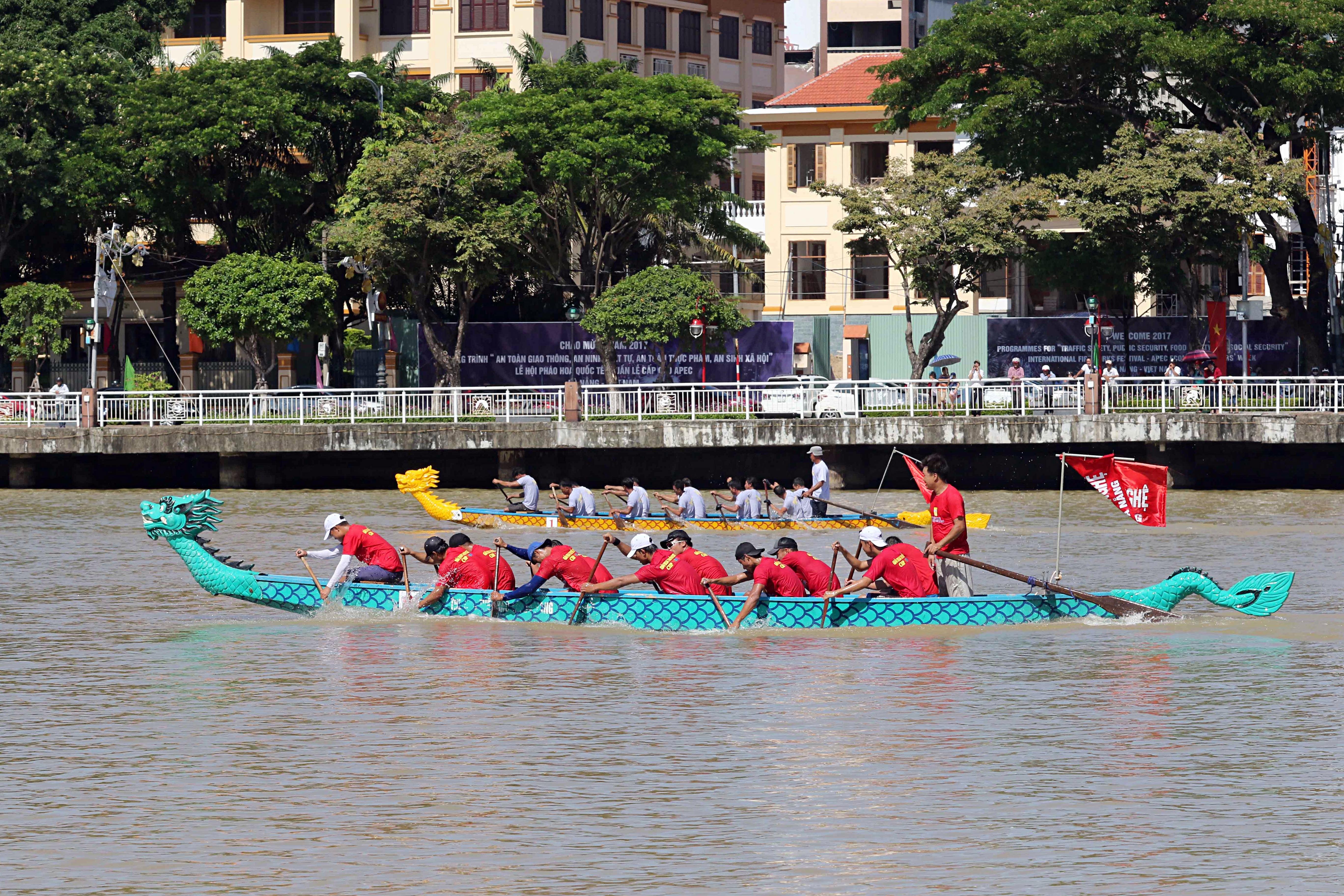 Hàng nghìn người Đà Nẵng đội nắng đổ ra sông Hàn xem đua thuyền ngày 2/9 - Ảnh 2.