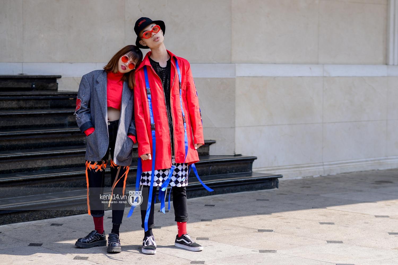 Street style ngày 2 VIFW: Dàn mẫu danh tiếng nhập cuộc, giới trẻ Hà thành thi nhau khoe phong cách dị cùng loạt màu tóc nổi bần bật - Ảnh 4.