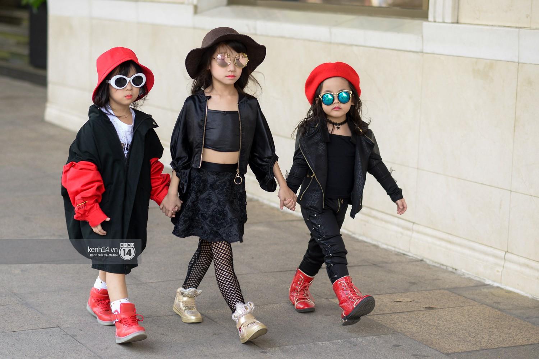 Street style VIFW ngày 4: Bộ tứ Vietnams Next Top Model diện tông trầm nhưng nổi bật, giới trẻ Hà Thành vẫn chung thủy với màu mè - Ảnh 16.