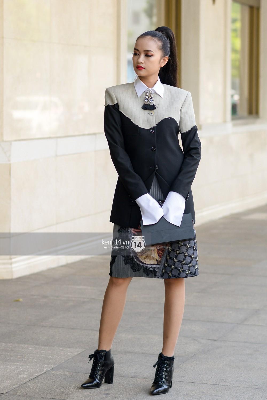 Street style VIFW ngày 4: Bộ tứ Vietnams Next Top Model diện tông trầm nhưng nổi bật, giới trẻ Hà Thành vẫn chung thủy với màu mè - Ảnh 5.