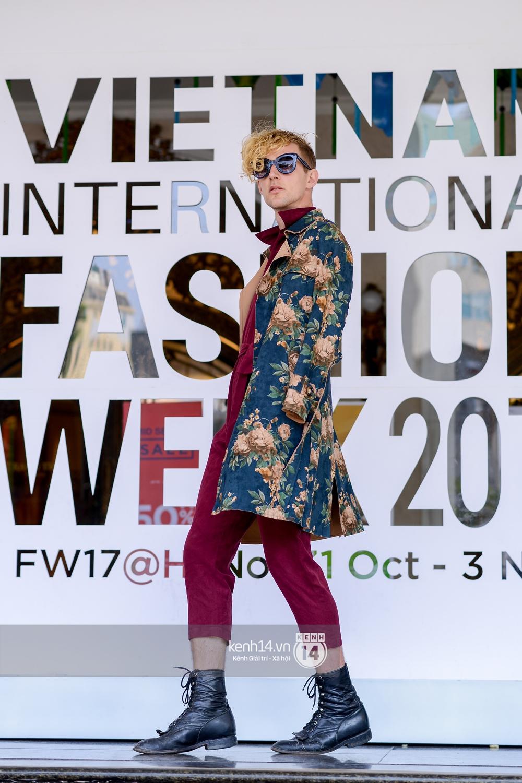 Street style ngày 2 VIFW: Dàn mẫu danh tiếng nhập cuộc, giới trẻ Hà thành thi nhau khoe phong cách dị cùng loạt màu tóc nổi bần bật - Ảnh 26.