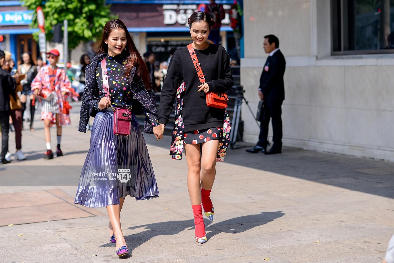 Street style ngày 2 VIFW: Dàn mẫu danh tiếng nhập cuộc, giới trẻ Hà thành thi nhau khoe phong cách dị cùng loạt màu tóc nổi bần bật - Ảnh 1.