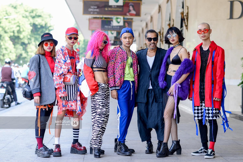 Street style ngày 2 VIFW: Dàn mẫu danh tiếng nhập cuộc, giới trẻ Hà thành thi nhau khoe phong cách dị cùng loạt màu tóc nổi bần bật - Ảnh 3.