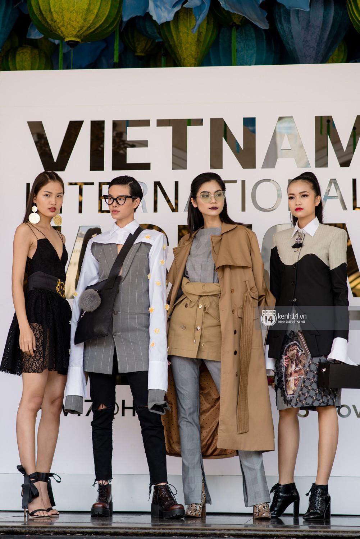Street style VIFW ngày 4: Bộ tứ Vietnams Next Top Model diện tông trầm nhưng nổi bật, giới trẻ Hà Thành vẫn chung thủy với màu mè - Ảnh 4.