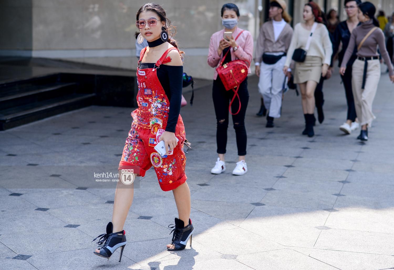 Street style ngày 2 VIFW: Dàn mẫu danh tiếng nhập cuộc, giới trẻ Hà thành thi nhau khoe phong cách dị cùng loạt màu tóc nổi bần bật - Ảnh 11.