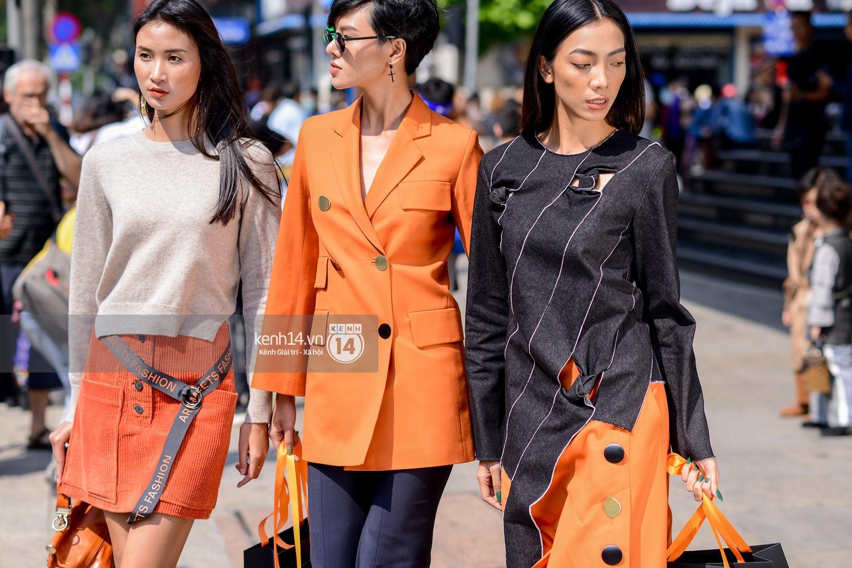Street style ngày 2 VIFW: Dàn mẫu danh tiếng nhập cuộc, giới trẻ Hà thành thi nhau khoe phong cách dị cùng loạt màu tóc nổi bần bật - Ảnh 2.