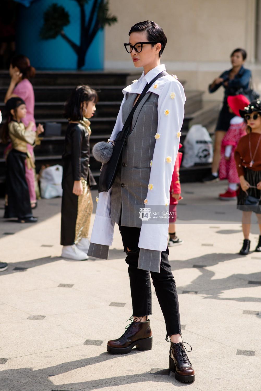 Street style VIFW ngày 4: Bộ tứ Vietnams Next Top Model diện tông trầm nhưng nổi bật, giới trẻ Hà Thành vẫn chung thủy với màu mè - Ảnh 6.