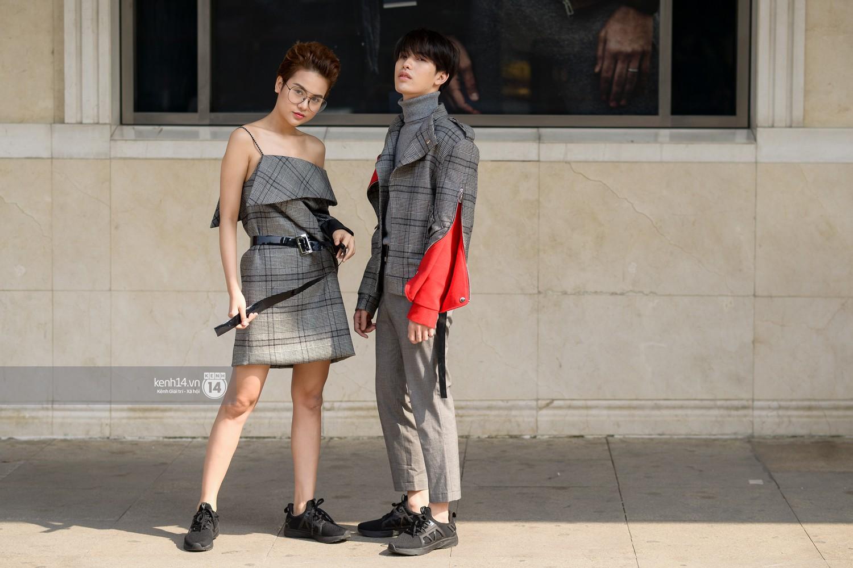 Street style VIFW ngày 4: Bộ tứ Vietnams Next Top Model diện tông trầm nhưng nổi bật, giới trẻ Hà Thành vẫn chung thủy với màu mè - Ảnh 7.