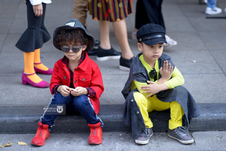 Street style VIFW ngày 3: Các nhóc tì sành điệu lấn lướt cả người lớn về khoản mix đồ và tạo dáng - Ảnh 6.