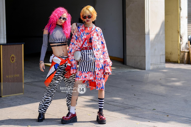 Street style ngày 2 VIFW: Dàn mẫu danh tiếng nhập cuộc, giới trẻ Hà thành thi nhau khoe phong cách dị cùng loạt màu tóc nổi bần bật - Ảnh 10.
