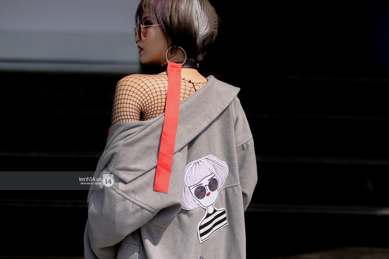 Street style VIFW ngày 4: Bộ tứ Vietnams Next Top Model diện tông trầm nhưng nổi bật, giới trẻ Hà Thành vẫn chung thủy với màu mè - Ảnh 11.