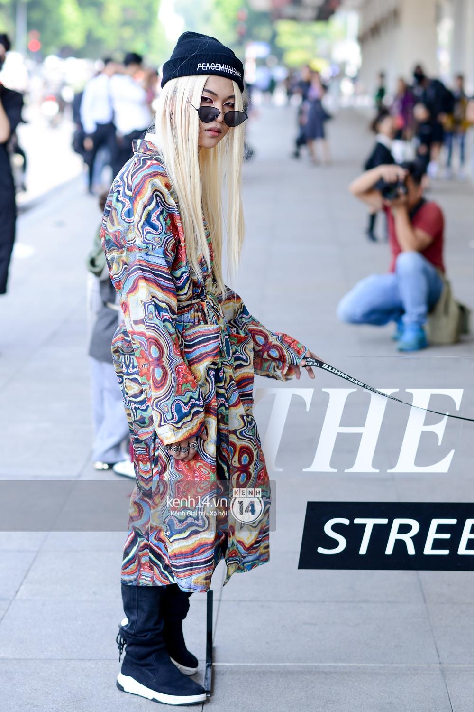 Street style ngày 2 VIFW: Dàn mẫu danh tiếng nhập cuộc, giới trẻ Hà thành thi nhau khoe phong cách dị cùng loạt màu tóc nổi bần bật - Ảnh 9.