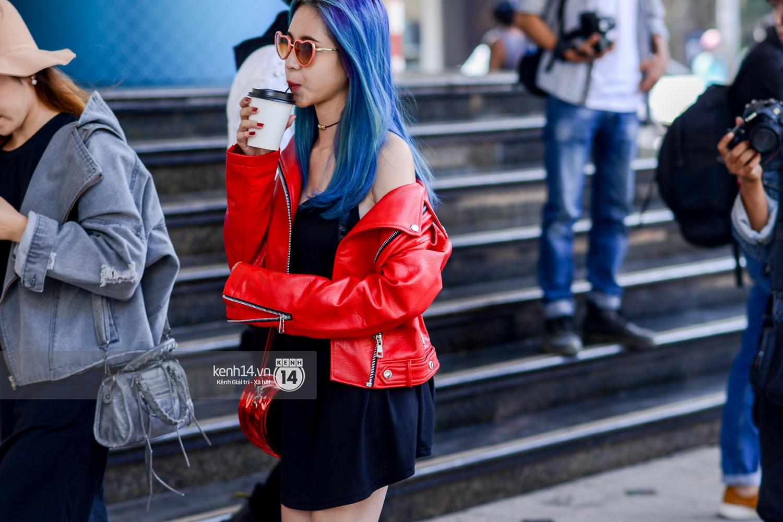 Street style ngày 2 VIFW: Dàn mẫu danh tiếng nhập cuộc, giới trẻ Hà thành thi nhau khoe phong cách dị cùng loạt màu tóc nổi bần bật - Ảnh 7.
