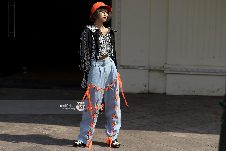 Street style VIFW ngày 4: Bộ tứ Vietnams Next Top Model diện tông trầm nhưng nổi bật, giới trẻ Hà Thành vẫn chung thủy với màu mè - Ảnh 12.