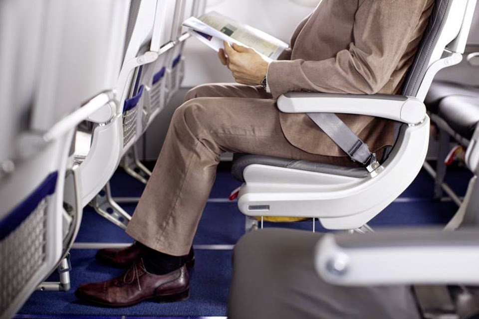 Khi đi máy bay bạn sẽ hay thấy người Nhật làm điều này nhưng vì sao thì chắc chắn bạn sẽ bất ngờ - Ảnh 1.