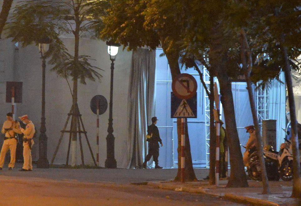 Tổng thống Mỹ Donald Trump đến Hà Nội, an ninh thắt chặt ở các tuyến phố trung tâm - Ảnh 27.