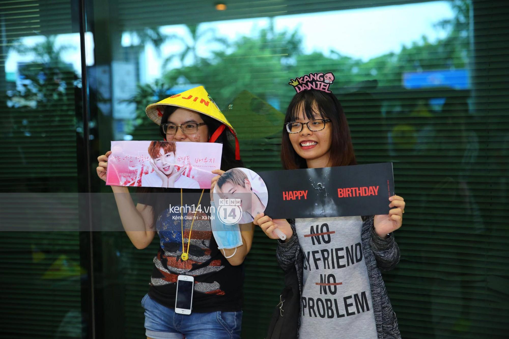 Fan Việt chiếm đóng nửa sân bay Tân Sơn Nhất chỉ để đón chờ WANNA ONE - Ảnh 11.