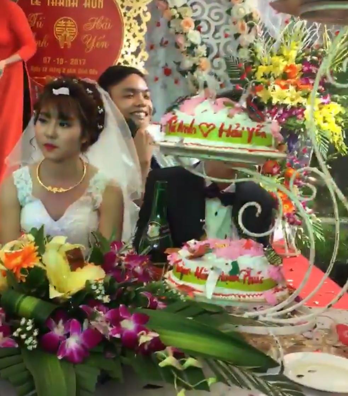 Đời sống: Cô dâu mặt sắp khóc khi bạn thân chú rể hát