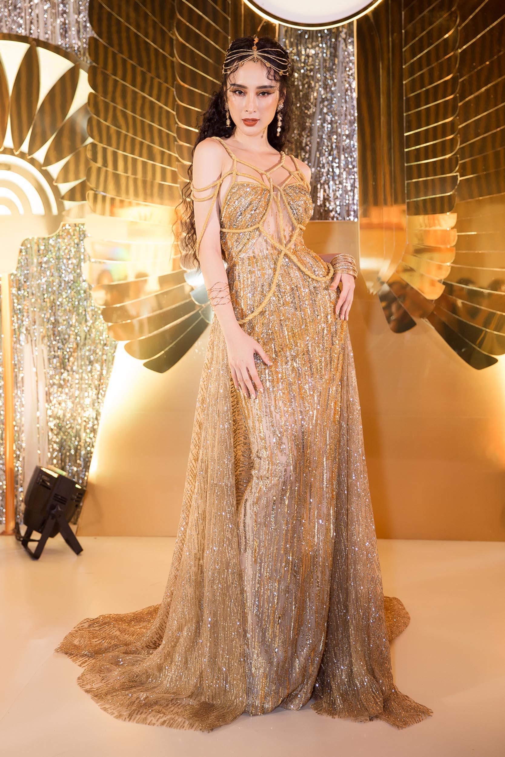 """Angela Phương Trinh - Nổi bật với bộ váy rườm rà như Nữ thần """"ngoi lên từ biển"""" - Ảnh 2."""