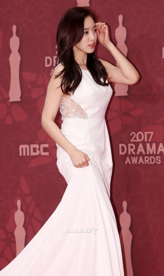 Thảm đỏ MBC Drama Awards hội tụ 30 sao khủng: Rắn độc Hyoyoung cúi người khoe ngực đồ sộ, chấp hết dàn mỹ nhân hạng A - Ảnh 27.