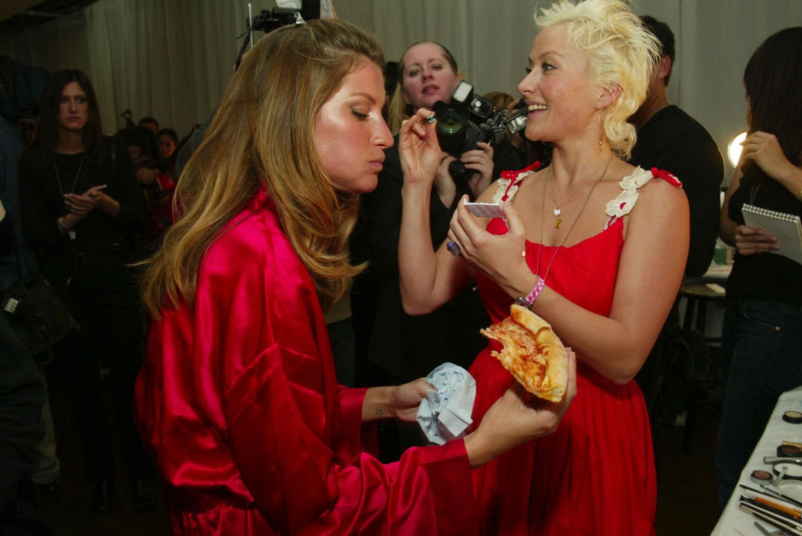 Hậu trường Victorias Secret Fashion Show: Thiên thần đấu đá nhau giành đồ, người thì bị đuổi vì nói xấu Taylor Swift - Ảnh 7.