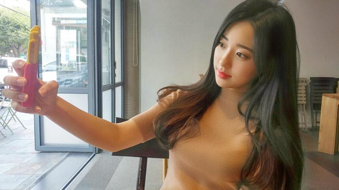 Nhờ bức ảnh chụp dạo tại triển lãm xe hơi, cô gái vô danh trở thành hot girl vì quá xinh - Ảnh 5.