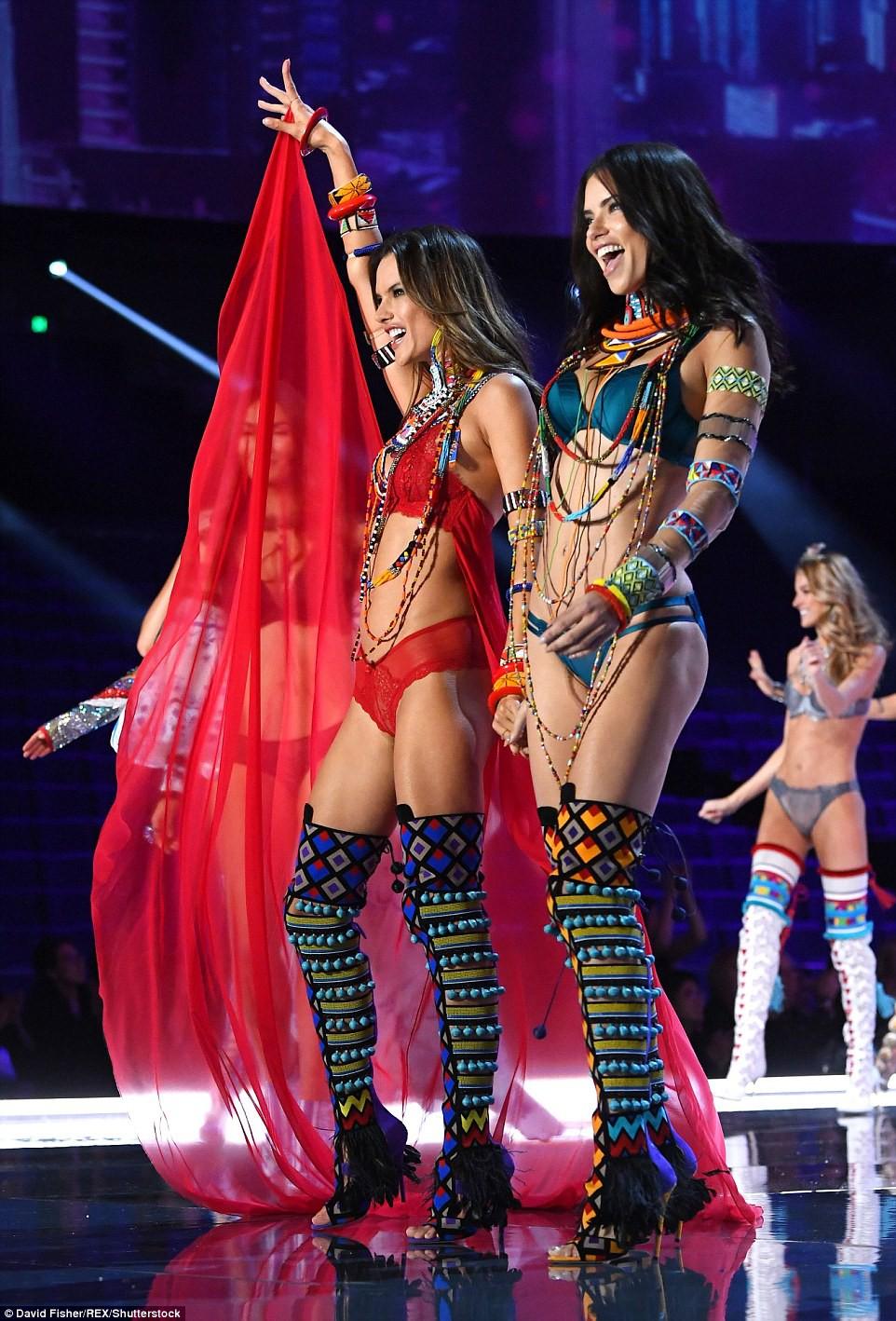 HOT: Victorias Secret Fashion Show 2017 đẹp ngoài sức tưởng tượng, Lais Ribeiro quá lộng lẫy với Fantasy Bra 2 triệu USD - Ảnh 59.