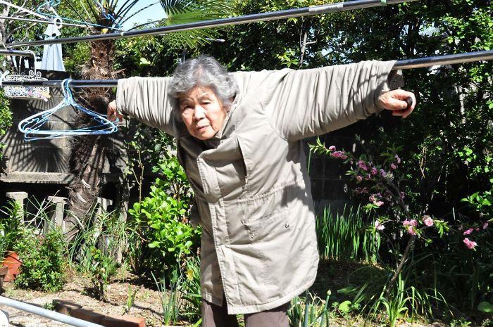 Cười té ghế với bộ ảnh hài của cụ bà 90 tuổi lầy lội nhất nước Nhật Bản - Ảnh 5.
