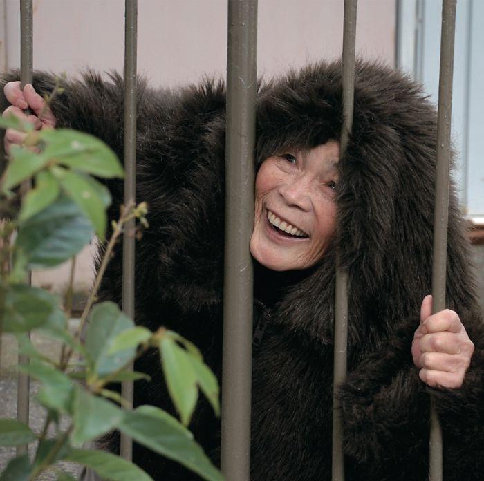 Cười té ghế với bộ ảnh hài của cụ bà 90 tuổi lầy lội nhất nước Nhật Bản - Ảnh 9.